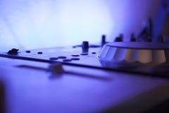 Feche acima de um equipamento do console da música com luz conduzida azul Imagens de Stock