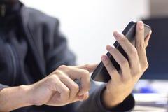 Feche acima de um homem que usa o telefone esperto móvel imagens de stock