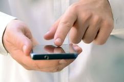 Feche acima de um homem que usa o telefone esperto móvel Imagem de Stock Royalty Free