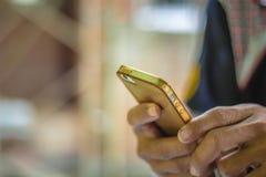 Feche acima de um homem que usa o telefone esperto móvel Fotos de Stock Royalty Free
