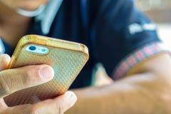 Feche acima de um homem que usa o telefone esperto móvel Fotos de Stock
