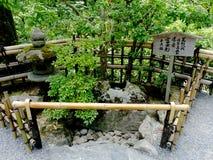 Feche acima de um jardim japonês típico do zen de Kyoto, Japão imagens de stock