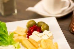 Feche acima de um luch mediterrâneo fresco delicioso com alface, cheesse, a batata fritada e as azeitonas dos somes em uma tabela Imagem de Stock