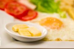 Feche acima de um luch mediterrâneo fresco delicioso com ovo, alface, tomate, cheesse Foto de Stock