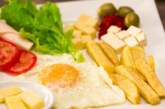 Feche acima de um luch mediterrâneo fresco delicioso com ovo, alface, tomate do presunto, cheesse, a batata fritada e as azeitona Fotos de Stock