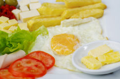 Feche acima de um luch mediterrâneo fresco delicioso com ovo, alface, tomate do presunto, cheesse, a batata fritada e as azeitona Imagens de Stock Royalty Free