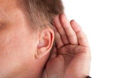 Feche acima de um man& surdo x27; orelha de s com prótese auditiva imagens de stock