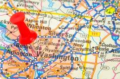 Feche acima de um mapa de estradas com um percevejo vermelho Imagens de Stock Royalty Free