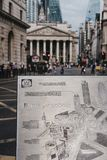 Feche acima de um mapa do metal da junção do banco na passagem do jubileu, Londres, Reino Unido imagem de stock