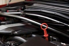 Feche acima de um medidor de óleo do óleo em uma baía limpa do motor de automóveis Imagem de Stock Royalty Free