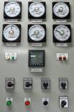 Feche acima de um medidor bonde, de uns medidores da companhia de eletricidade para um complexo de apartamentos ou de uma planta  imagens de stock royalty free