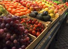 Feche acima de um mercado de fruto interno Imagem de Stock