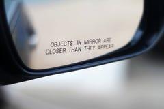 Feche acima de um mirrow da vista lateral de um carro Imagens de Stock