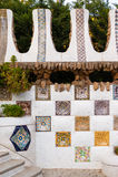 Feche acima de um mosaico da parede no parque Guell, projetado por Antonio Imagens de Stock