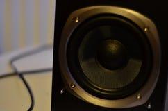 Feche acima de um orador do Subwoofer de um monitor do estúdio Fotografia de Stock Royalty Free