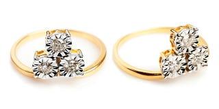 Feche acima de um ouro e dos aneis de diamante Imagem de Stock Royalty Free