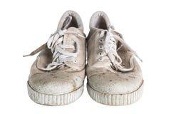 Feche acima de um par de sapatilhas sujas isoladas no fundo branco Foto de Stock