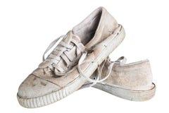 Feche acima de um par de sapatilhas sujas Isolado no fundo branco Imagem de Stock