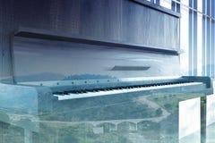 Feche acima de um piano de madeira escuro, dobro Fotografia de Stock