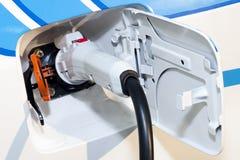 Feche acima de um plugue híbrido do carro elétrico imagens de stock royalty free