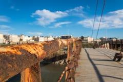 Feche acima de um punho oxidado do lado da ponte fotografia de stock