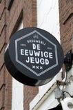 Feche acima de um quadro de avisos da Cerveja Empresa De Eeuwige Jeugd em Amsterdão o 2018 holandês fotos de stock royalty free