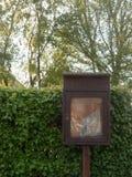 Feche acima de um quadro de mensagens de madeira idoso e não utilizado marrom fora de n fotos de stock royalty free