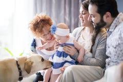 Feche acima de um retrato de três gerações de mulheres que são filha próxima, da avó, da mãe e do bebê em casa Fotografia de Stock Royalty Free