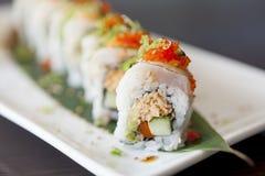 Feche acima de um rolo de sushi foto de stock