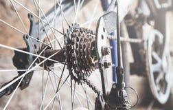 Feche acima de um sistema da corrente e da engrenagem de bicicleta imagens de stock royalty free