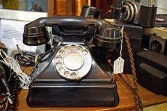 Feche acima de um telefone colorido preto antiquado foto de stock