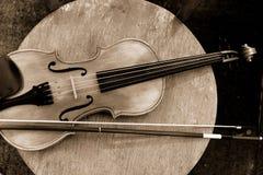 Feche acima de um violino raso profundamente do campo Sepia tonificado imagens de stock