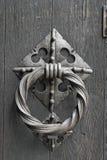 Feche acima de uma aldrava de porta velha Imagem de Stock