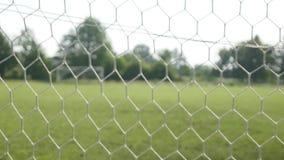Feche acima de uma bola de futebol que bate uma rede video estoque