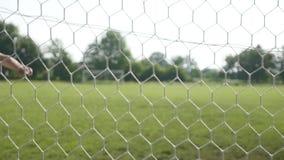 Feche acima de uma bola de futebol que bate uma rede filme