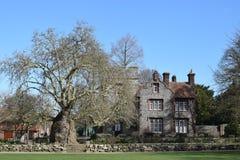 Feche acima de uma casa esplêndido em seus jardins magníficos imagens de stock royalty free