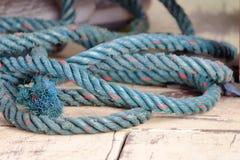 Feche acima de uma corda azul longa da corda imagem de stock