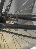 Feche acima de uma corrente da bicicleta imagem de stock royalty free