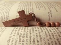 Feche acima de uma cruz de madeira em uma Bíblia Fotos de Stock Royalty Free