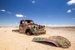 Feche acima de uma destruição velha, oxidada do carro no deserto namibiano imagem de stock