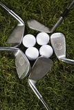 Feche acima de uma esfera de golfe no T Imagem de Stock