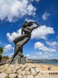 Feche acima de uma estátua da sereia que olha para fora no mar atlântico no Praia a Dinamarca Ribeira, Cascais, Portugal fotografia de stock
