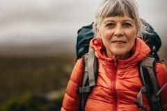 Feche acima de uma fêmea durante trekking fotos de stock royalty free