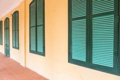 Feche acima de uma fachada de uma construção colonial em Hanoi foto de stock