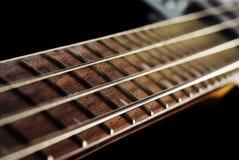 Feche acima de uma guitarra baixa verde Foto de Stock