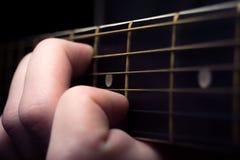Feche acima de uma guitarra que é imagens de stock