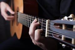 Feche acima de uma guitarra que est? sendo jogada fotos de stock royalty free