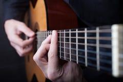 Feche acima de uma guitarra que est? sendo jogada fotos de stock