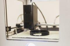 Feche acima de uma impressora 3D que está no trabalho Impressão de detalhe cilíndrica Fotografia de Stock Royalty Free