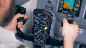 Feche acima de uma instrução do avião impressa em uma roda de controle de um avião vídeos de arquivo